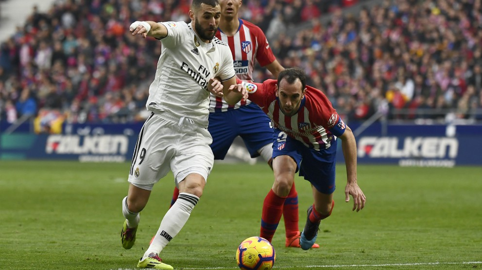 Godin pugna con Benzema por un balón. (AFP)