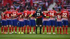 Los jugadores del Atlético, en el minuto de silencio previo al derbi. (AFP)
