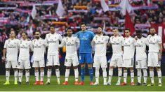 Los jugadores del Real Madrid, en el minuto de silencio antes del derbi. (AFP)