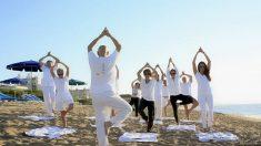 Debemos destacar que se trata de una de las posturas de equilibrio más conocidas en el mundo del yoga.