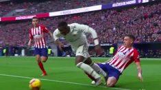 Vinicius es derribado por Giménez.
