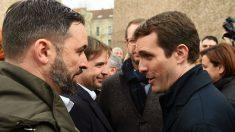 Pablo Casado y Santiago Abascal se saludan en la manifestación de Madrid