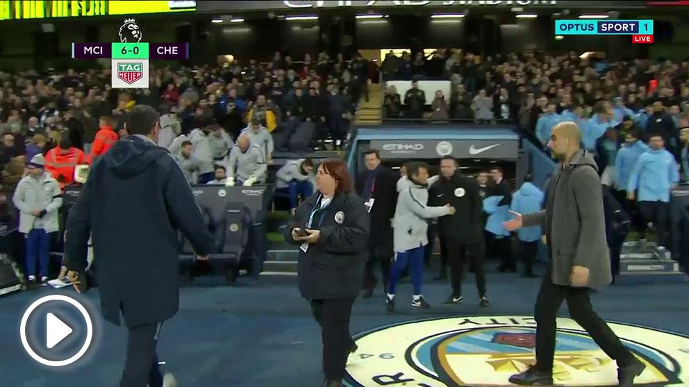 Sarri no se paró a saludar a Guardiola.