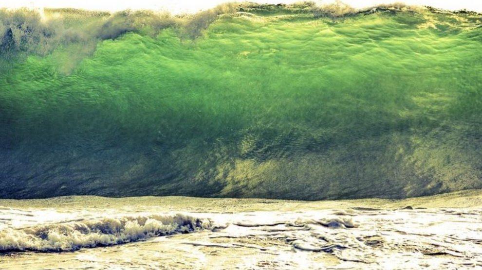 La causa principal del tsunami son los terremotos o los volcanes que mueven la tierra en el fondo del mar.