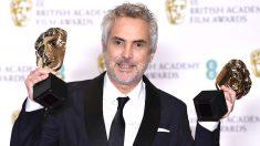 Alfonso Cuarón posa con los premios a mejor película y mejor director (Foto: AFP).