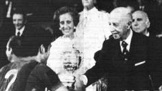 Franco entrega la Copa del Generalísimo al Barcelona.