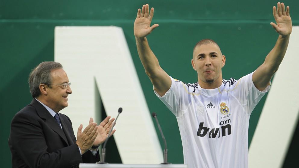 Florentino Pérez, junto a Benzema en su presentación con el Real Madrid. (AFP)