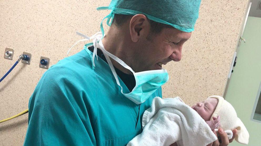 El Cholo Simeone compartió esa fotografía con su hija Valentina, recién nacida. (@simeone)