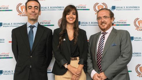 El magistrado Manuel Ruiz de Lara, con Ana Fúnez , presidenta de la Fundación del Consejo General de Debate Judicial y Pedro Martín, socio director de Legal y Económico.