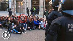 El diputado de la CUP en el Parlament Carles Riera desalojado de la protesta frente a la Fiscalía Superior de Cataluña.