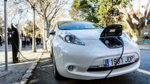 Un coche electrico cargando este martes en el centro de Palma de Mallorca