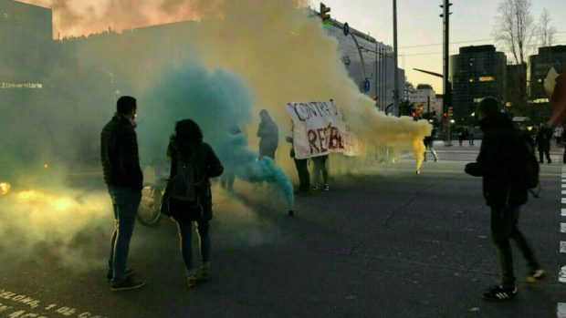 Los CDR protestan por el juicio del 1-O cortando la AP7 y quemando neumáticos