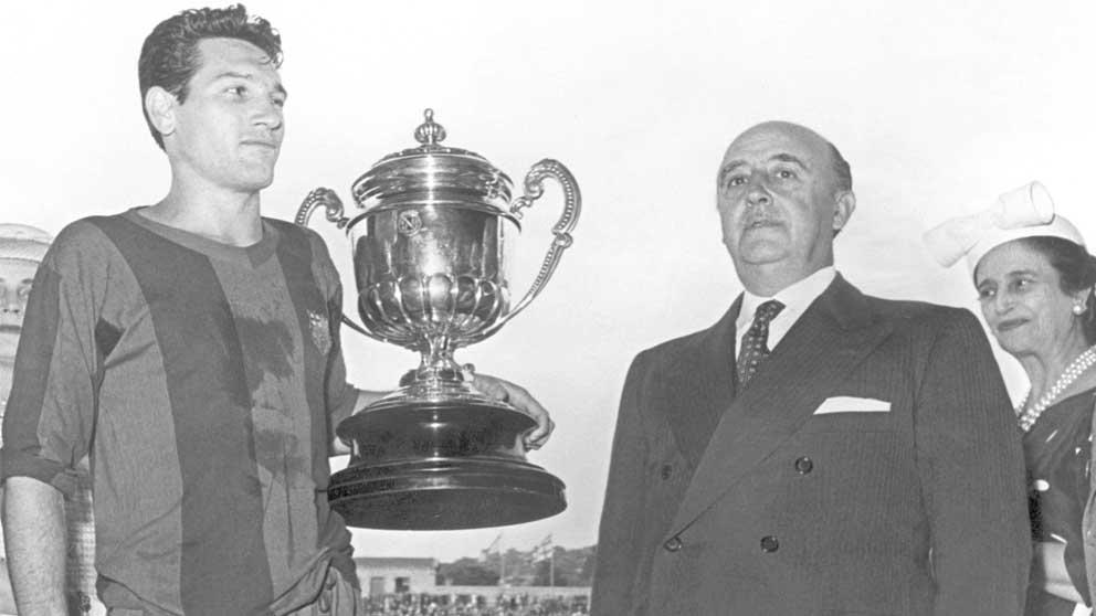 Franco entrega la Copa del Generalísimo al capitán del Barcelona Segarra. Foto: EFE