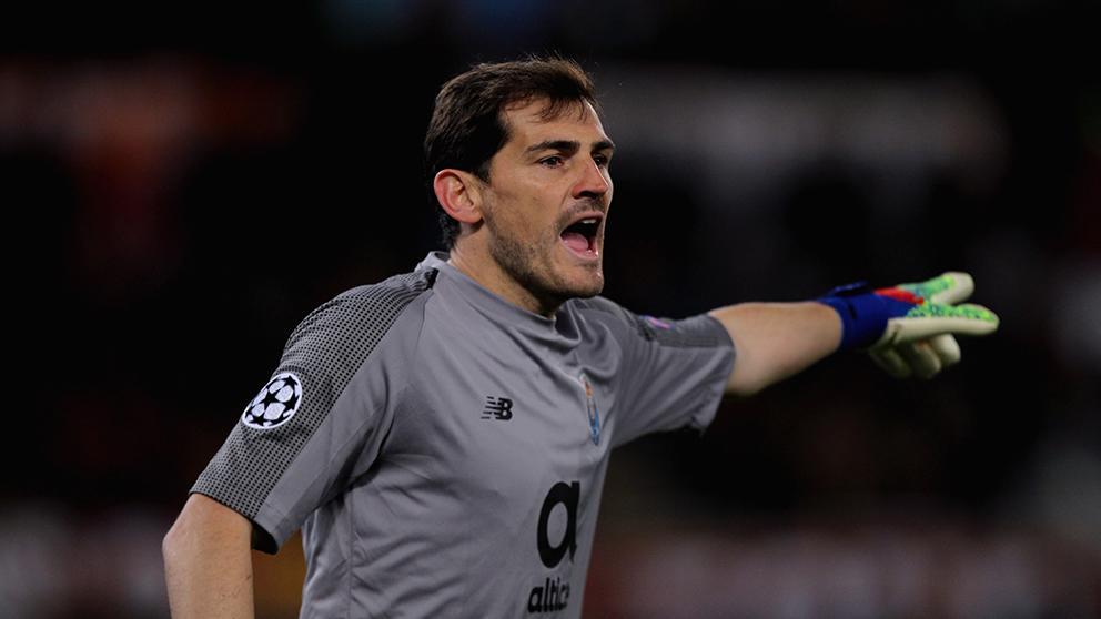 Iker Casillas da indicaciones durante el Roma-Oporto. (Getty)