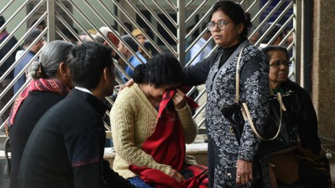 Familiares de las víctimas en el incendio. Foto: AFP