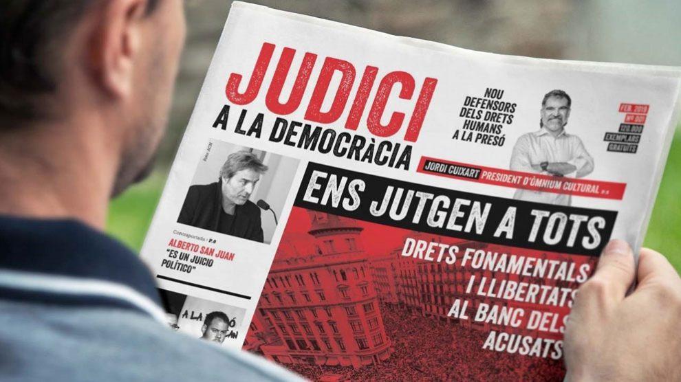 Un ciudadano lee el panfleto repartido por Òmnium Cultural en Barcelona. Foto: Europa Press