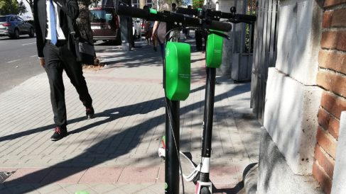 Dos patinetes eléctricos en Madrid. Foto. Europa Press