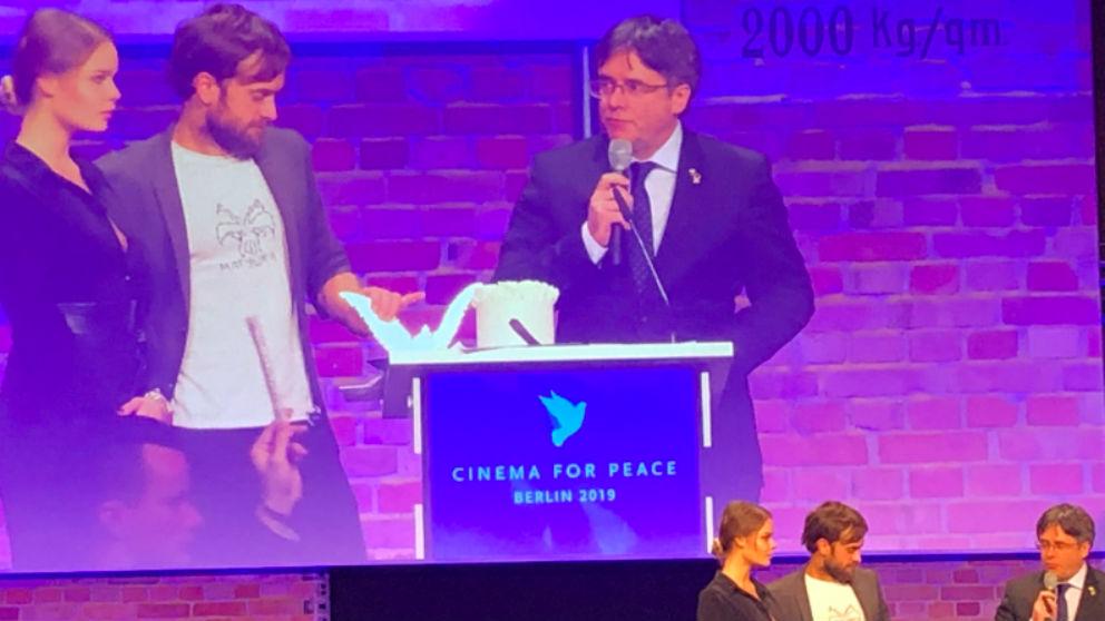 Puigdemont en la entrega de premios de la gala 'Cine por la Paz' en Berlín. (Foto: @republicat_cat)
