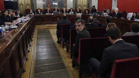 Jordi Cuixart (c), presidente de Òmnium Cultural y uno de los doce líderes independentistas acusados por el proceso soberanista catalán que derivó en la celebración del 1-O y la declaración unilateral de independencia de Cataluña (DUI), en el banqu
