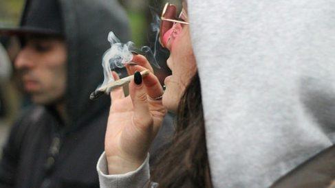 Una joven fuma un porro de marihuana. Foto: Europa Press