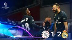 Vinicius y Benzema celebran el 0-1 en el Ajax-Real Madrid.