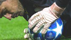 Casillas para el balón en un partido de Champions. (AFP)