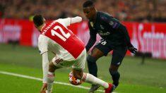 Vinicius intenta zafarse de Mazraoui en el partido contra el Ajax. (Getty)