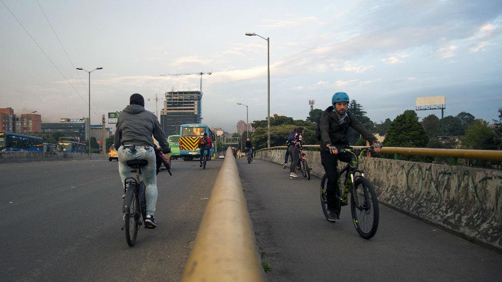 Colombianos por las calles de Bogotá en bici. Foto: AFP