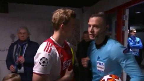 De Ligt y Skomina charlan en el túnel de vestuarios.