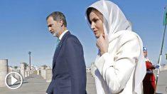 El rey Felipe VI y la REina Letizia a su llegada a Marruecos para su primer viaje de Estado al país africano. Foto: AFP