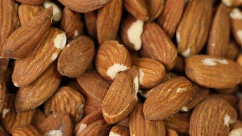 Uno de los beneficios de las almendras es que ayudan a reducir el colesterol malo.