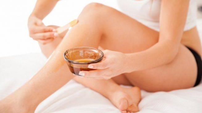 como quitar los restos de cera depilatoria en la piel