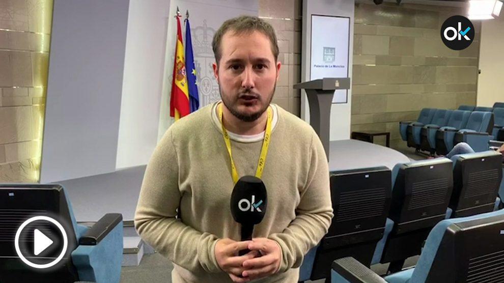 El periodista de OKDIARIO Joan Guirado en la sala de prensa de Moncloa