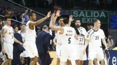 Los jugadores del Real Madrid celebran la victoria. (ACB)