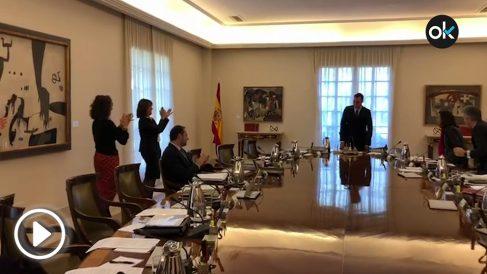 Sólo una parte del Consejo de Ministros aplaude al presidente tras anunciar el adelanto electoral.