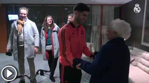 Marco Asensio vivió un momento muy especial con su abuela el pasado miércoles en el Johan Cruyff Arena
