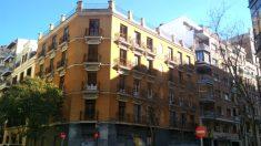 El inmueble se encuentra en el número 15 de la calle Lope de Rueda, junto a la calle Alcalá y a tan sólo dos minutos del parque del Retiro.