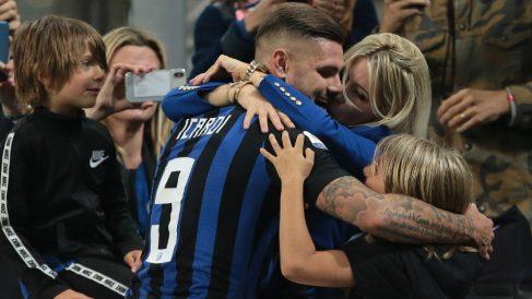 Mauro Icardi y Wanda Nara se saludan tras un partido del Inter. (Getty)