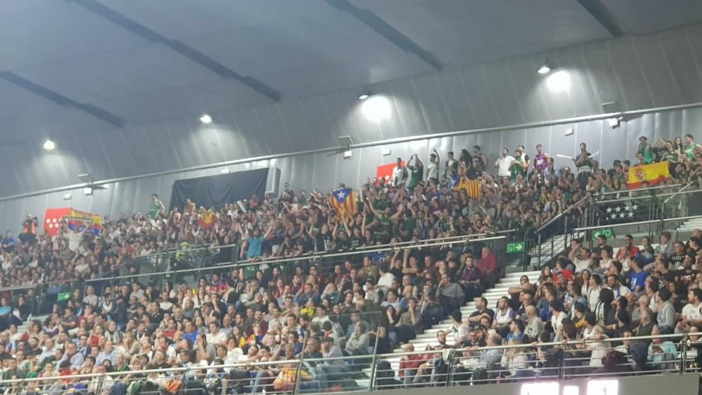 Los aficionados de Joventut sacaron una estelada en medio de la semifinal.