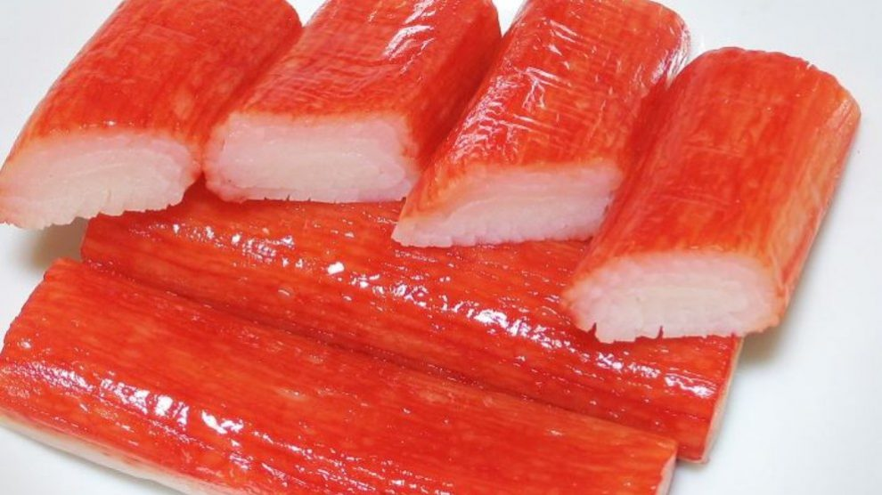 Para elaborarlo se suele picar la carne de mezcla de pescado.