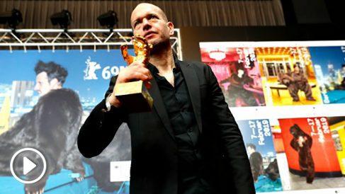 Nadav Lapid posa con el Oso de Oro de la Berlinale (Foto: AFP).