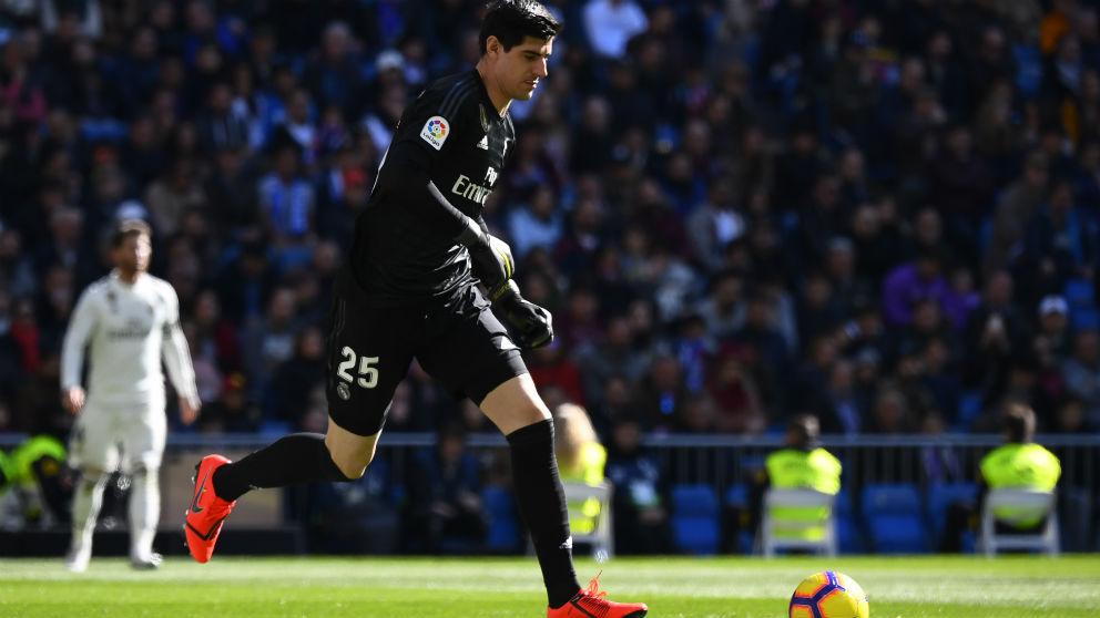 Courtois se apresura durante el partido contra el Girona. (AFP)