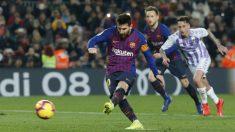 Messi, tirando su penalti ante el Valladolid (AFP)
