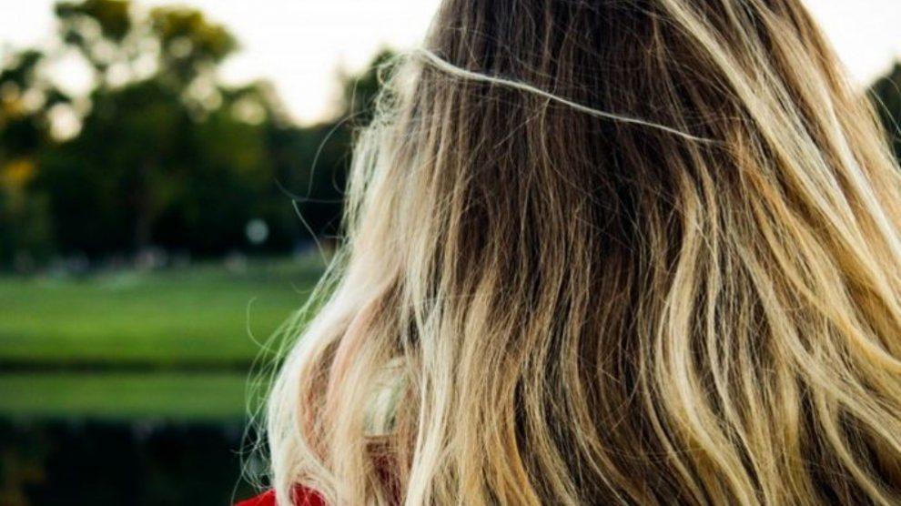 El aceite de jojoba ofrece diversidad de beneficios para piel y pelo.