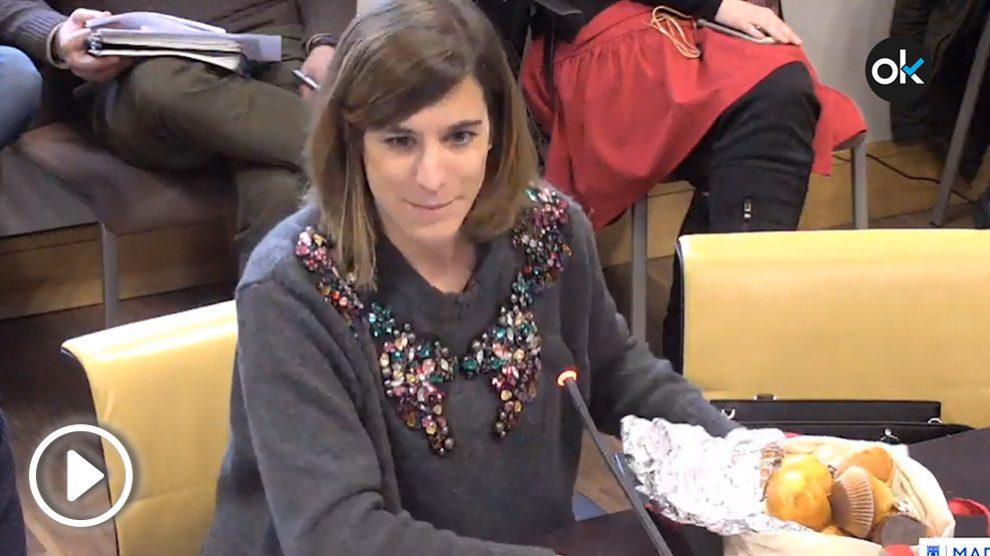 La oposición en el Ayuntamiento de Madrid se ha presentado en la comisión de Cultura este lunes con sus propias magdalenas ante Manuela Carmena.