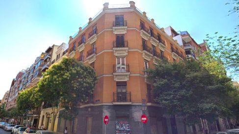 El inmueble se encuentra situado en la confluencia de las calles Lope de Rueda y Duque de Sesto, en Madrid.