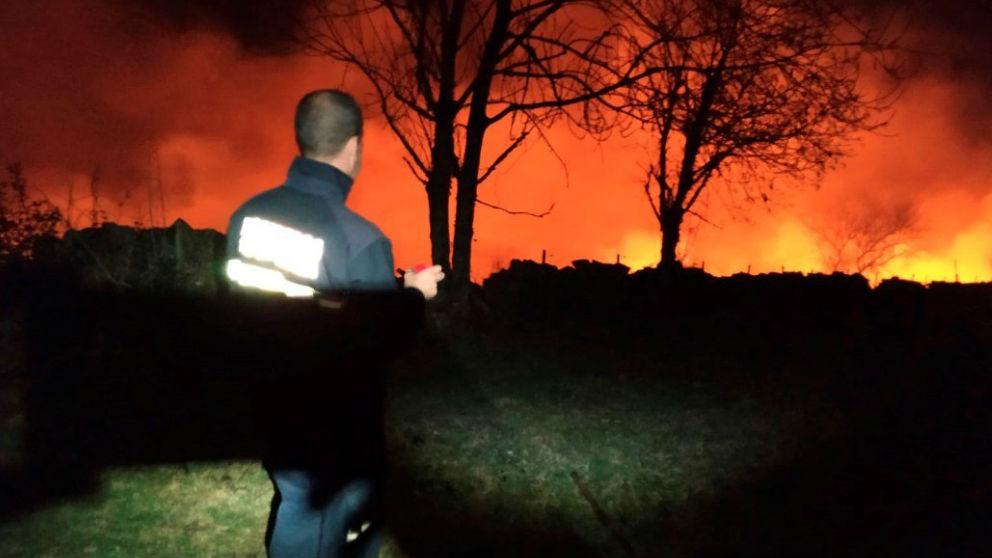 Bomberos intentando extinguir un incendio forestal.