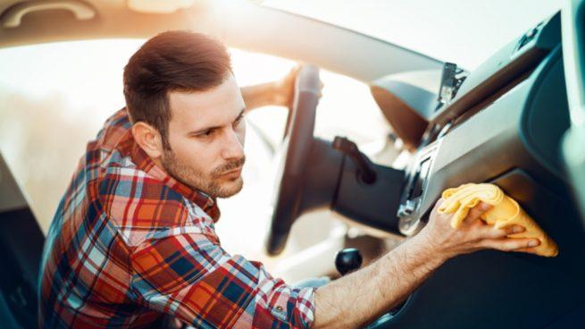 Lmpiar el salpicadero del coche