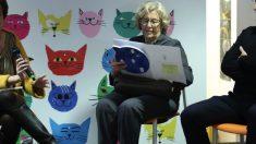 Manuela Carmena con el cuento para bebés entre las manos. (Foto. Madrid)