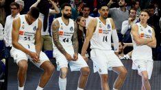 Los jugadores Del Real Madrid de baloncesto, cabizbajos. (EFE)